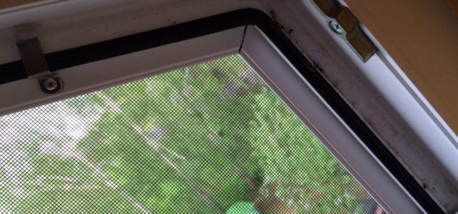 Czy montaż moskitier wymaga wiercenia dziur w ramach okiennych?